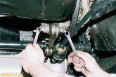 Отворачиваем гайку болта крепления штанги к кронштейну передней опоры