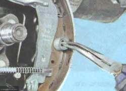 Поворачиваем скобу тормозного барабана Лада Ларгус