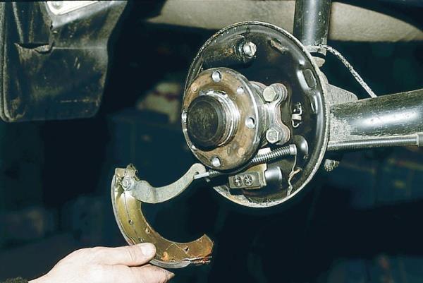 Замена передних и задних тормозных колодок Лада Гранта