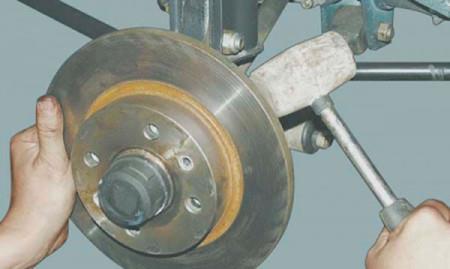 Сдергиваем тормозной диск с посадочного места на ВАЗ 2108, 2109, 21099