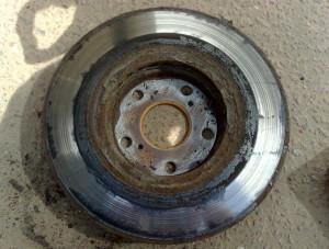 На фото - изношенность тормозного диска, auto30.com