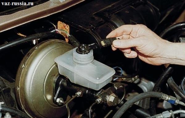 Закручивание крышки бачка, и последующие подсоединение колодки проводов, к датчику уровня тормозной жидкости