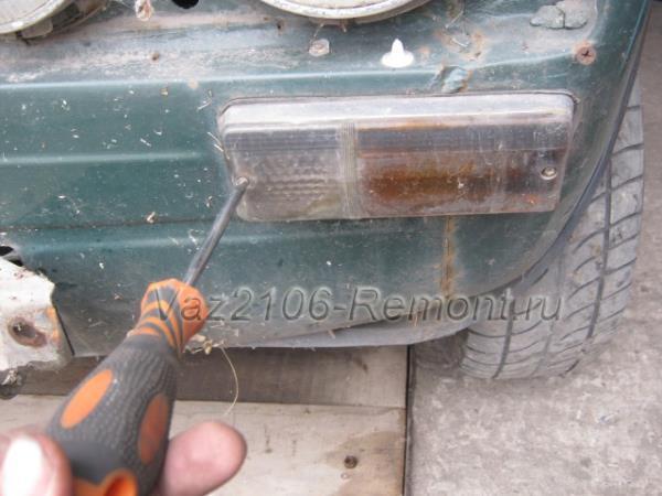 откручиваем болты крепления стекла габаритов на ВАЗ 2106 спереди