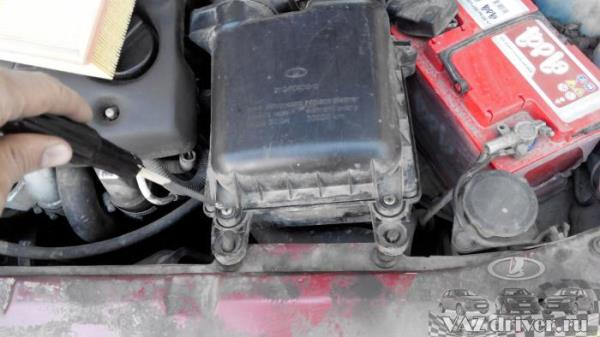 Откручиваем воздушный фильтр ВАЗ-2110