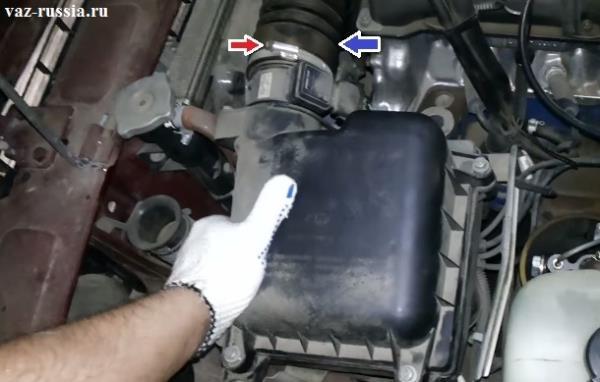 Отсоединение воздухоподводящего патрубка от корпуса фильтра