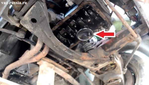 Местонахождение маслонасоса указано на фото стрелкой