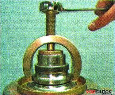 Если на ступице осталось внутреннее кольцо подшипника, спрессовываем его съемником из набора