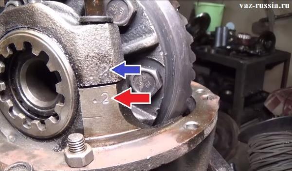 Стрелками показаны метки сделанные кернером и уже при обратной сборке редуктора, какую крышку куда ставить уже не запутаешься