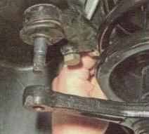 Вставляем палец в отверстие поворотного рычага стойки и заворачиваем корончатую гайку
