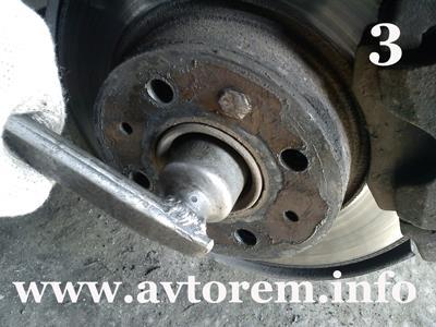 Откручиваем гайку ступицы переднего колеса ваз-2108
