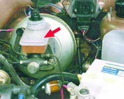 Проверка уровня и доливка тормозной жидкости