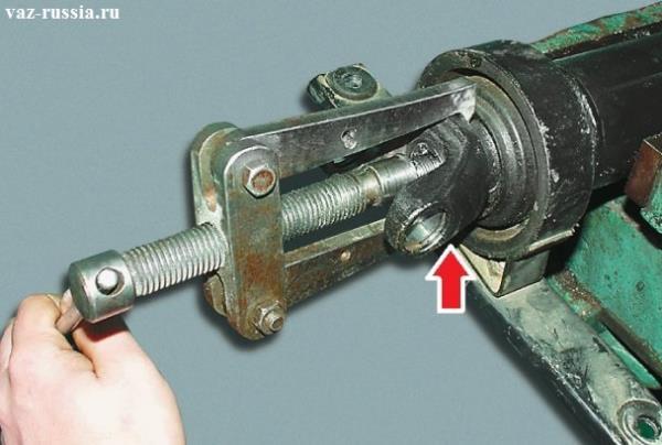 Извлечение вилки которая указан стрелкой, при помощи специального съемника