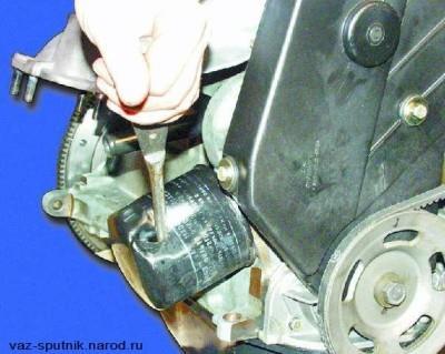 Протыкаем старый масляный фильтр обычной отверткой Ваз 2109