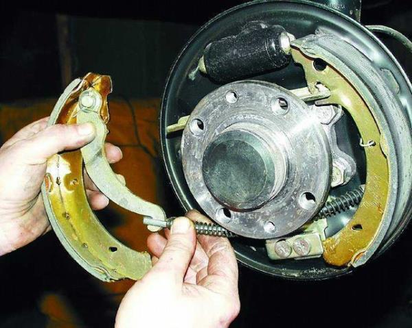 Демонтаж задних тормозных барабанов