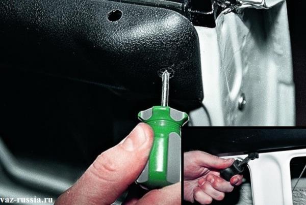 Выворачивание крайнего болта крепления травма-защитной накладки к двери автомобиля и отгибание после этого всех фиксаторов которые её крепят