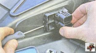 Отжатие фиксатора блока управления стеклоподъемником Лада Гранта