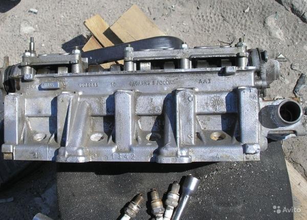 Снятая головка блока цилиндров 8-клапанного двигателя Лада Гранта (ВАЗ 2190)