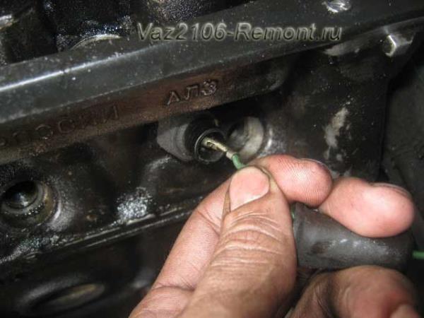 отсоединить провод от датчика температуры на ВАЗ 2106