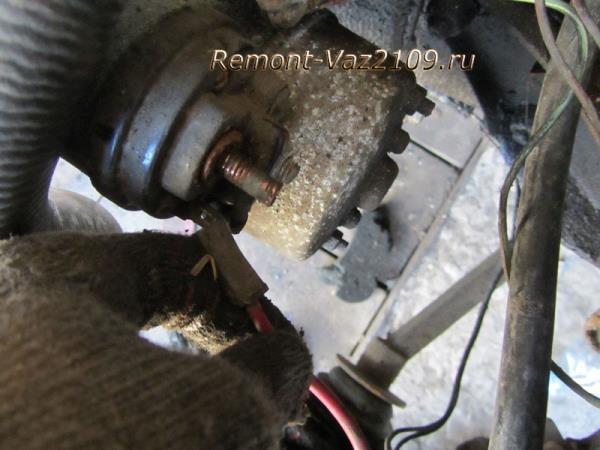 отключение плюсового провода от втягивающего реле стартера на ВАЗ 2109-2108