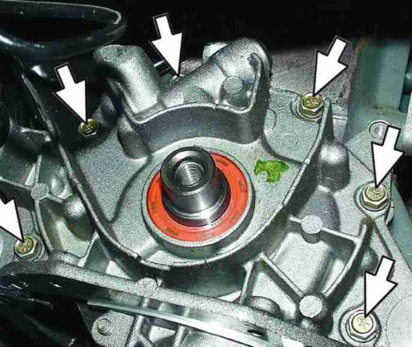 Размещение болтов крепления масляного насоса к корпусу двигателя Лада Гранта (ВАЗ 2190)