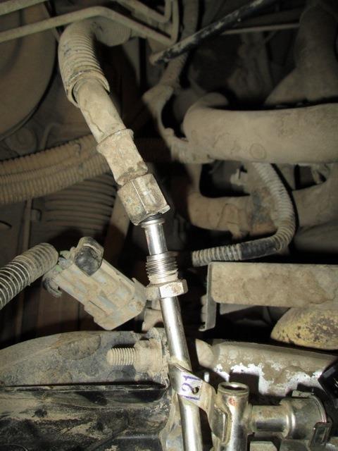 Отсоединен шланг подачи топлива от трубки топливной рампы 8-клапанного двигателя Лада Гранта (ВАЗ 2190)
