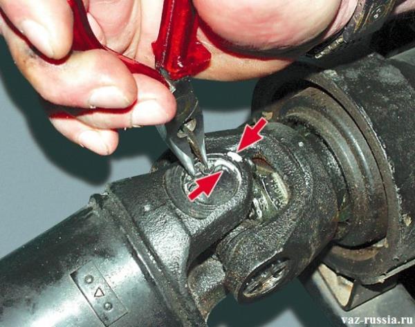 Установка соответствующих меток и снятие стопорного кольца с помощью плоскогубец