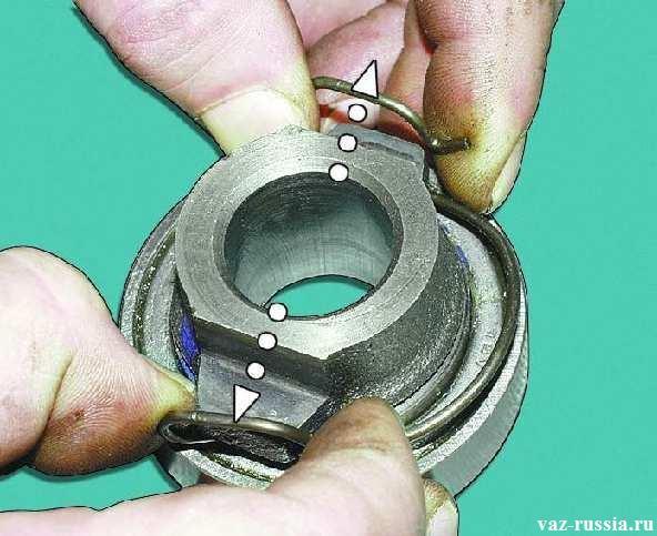 Снятие пружины которая установленная на муфте данного подшипника