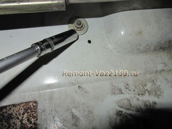 вторая гайка крепления наружной ручки двери на ВАЗ 2109-2108