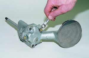 Накидным ключом «на 10» отворачиваем три болта крепления приемного патрубка масляного насоса.