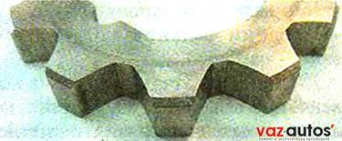 Ведущая шестерня должна быть сориентирована при установке аналогичным образом: фасками на зубьях — к корпусу насоса