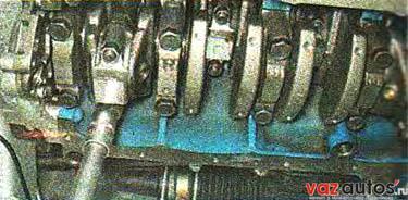 Торцовым ключом на 14 мм отворачиваем две гайки крепления крышки шатуна первого цилиндра и снимаем крышку шатуна