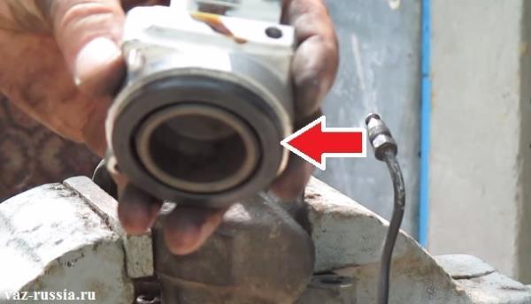 Стрелкой указано так называемое уплотнительное кольцо, которое ещё в некоторых случаях называют пыльником