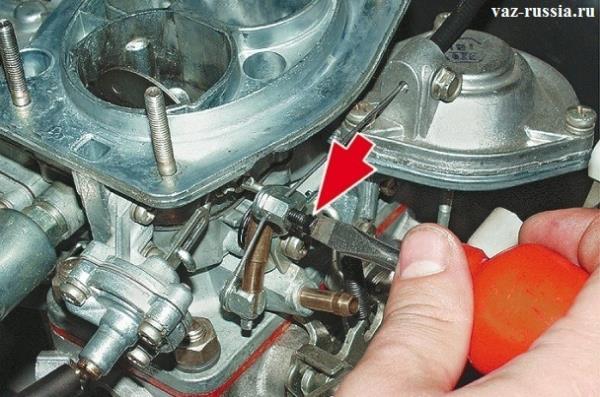 Ослабление отверткой винта крепления троса воздушной заслонки карбюратора