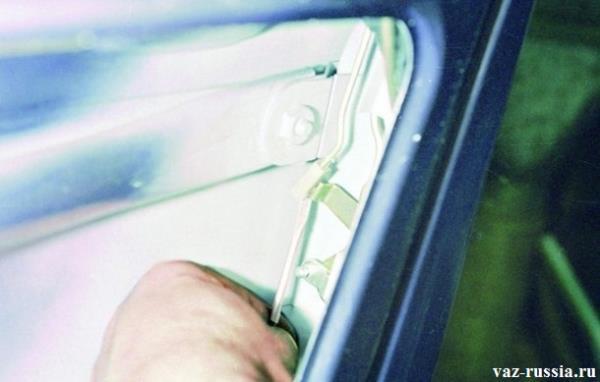 Отсоединение тяги выключателя замка двери