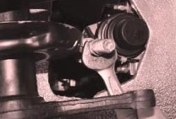 Если требуется заменить регулировочную тягу рулевой трапеции, отверните ее