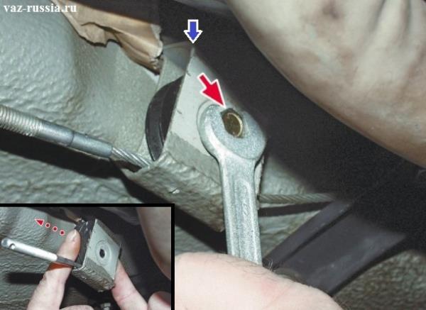 Выворачивание болта который крепит ролик и вытаскивание этого ролика из кронштейна в котором он находится