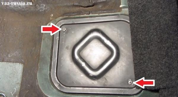 Выверните оба винта которые указаны стрелкой, после откидывания нижней подушки заднего сиденья