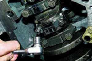 Головкой «на 14» отворачиваем две гайки крепления крышки шатуна (поршень при этом должен находиться в НМТ).