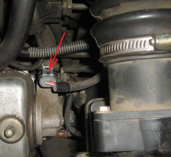 Отсоединение колодки проводов от датчика фазы газораспределения 8-клапанного двигателя Лада Гранта (ВАЗ 2190)