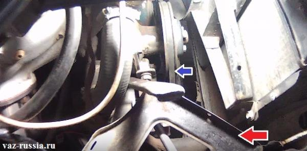 Синей стрелкой показано где находиться ремень, а красной показана планка на которую аккумулятор ставиться, он снят