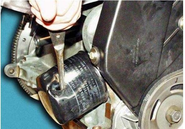Снятие маслянного фильтра двигателя на Лада Веста