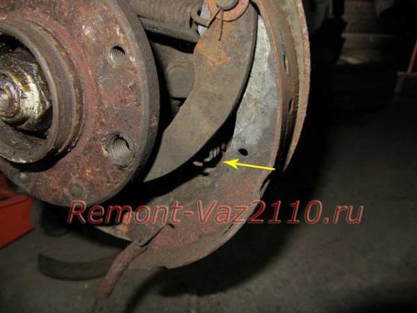отсоединение правой колодки на ВАЗ 2110-2112