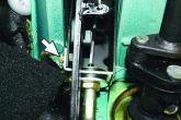 откручиваем крепление троса сцепления в салоне ВАЗ 2110