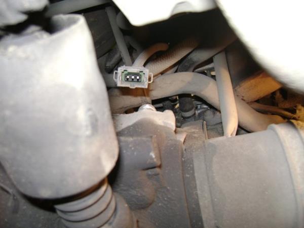 отсоединить штекер от датчика детонации на ВАЗ 2114