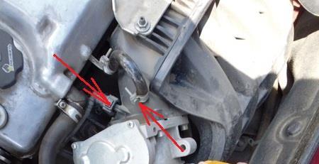 Размещение хомута крепления шланга малой ветви вентиляции картера и шланга продувки адсорбера к впускному модулю Лада Гранта (ВАЗ 2190)