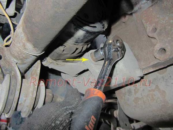 открутить нижний болт крепления генератора на ВАЗ 2110-2112