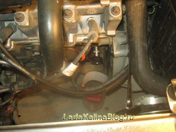 отворачивание сливной пробки двигателя на Калине