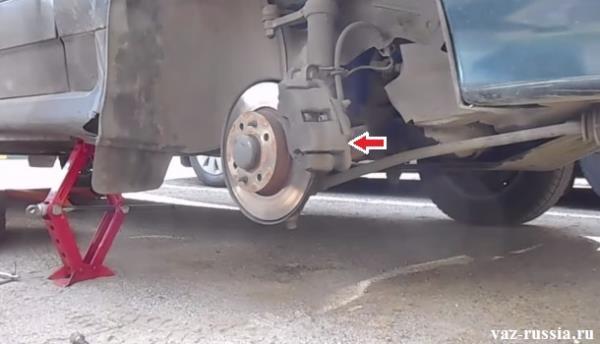Стрелкой указано местонахождение тормозного суппорта