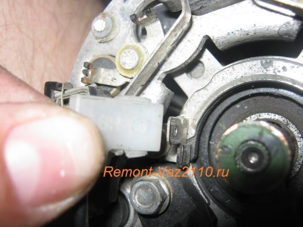 отсоединение провода питания от щеток генератора на ВАЗ 2110, 2112