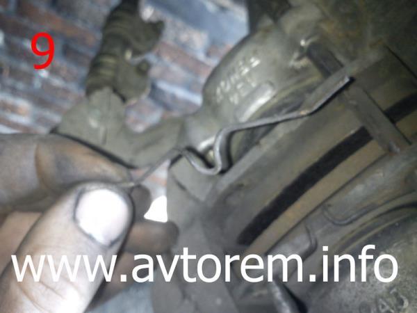 Поджимная скоба передних тормозных колодок ваз классика